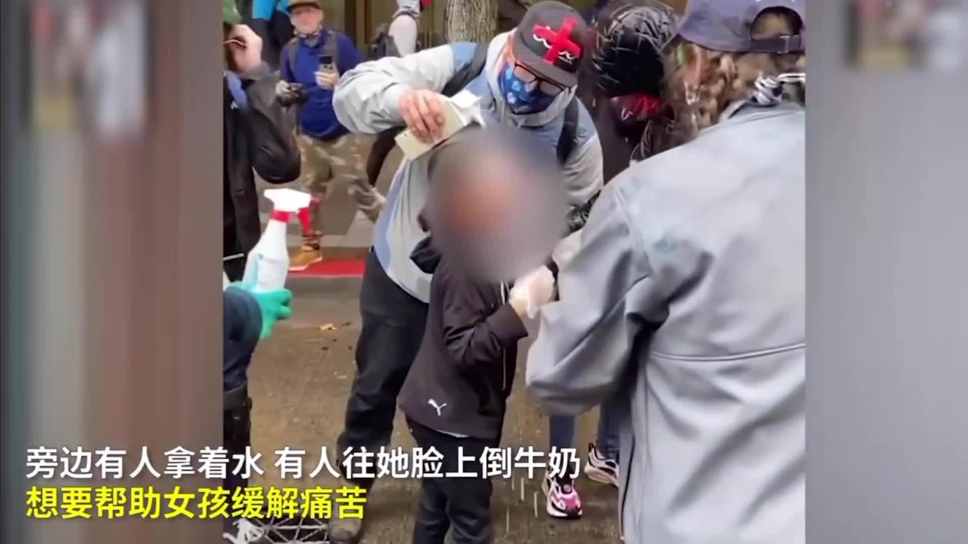 美国警察击穿2个文明底线:辣椒水喷小女孩,把拄拐老人推嘴啃泥安卓版