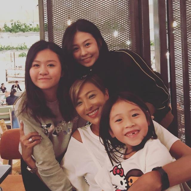 邱淑貞49歲生日 與15歲女兒合照像姐妹