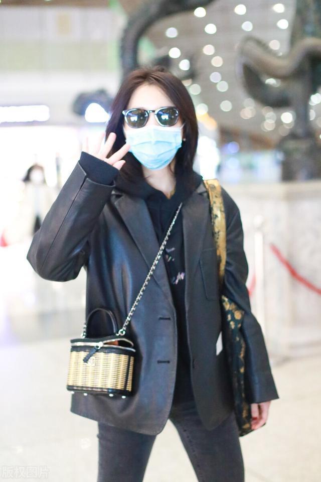 许久未见的熊乃瑾现身机场,一袭黑色穿搭,很有御姐范插图1