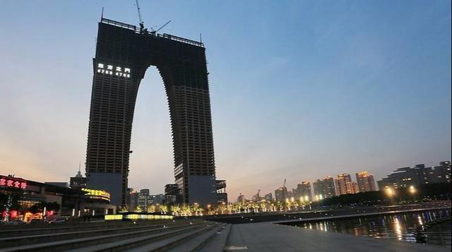 苏州的裤衩大楼象征股市,苏州大裤衩脱掉之后,旁边悄然又竖起729米金鸡塔!简直亲兄弟!