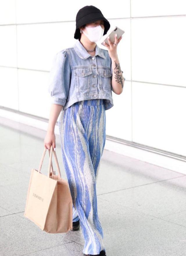 名门泽佳:上官喜爱提麻布袋现身机场穿牛仔短上衣搭蓝白阔腿裤效果又潮又帅