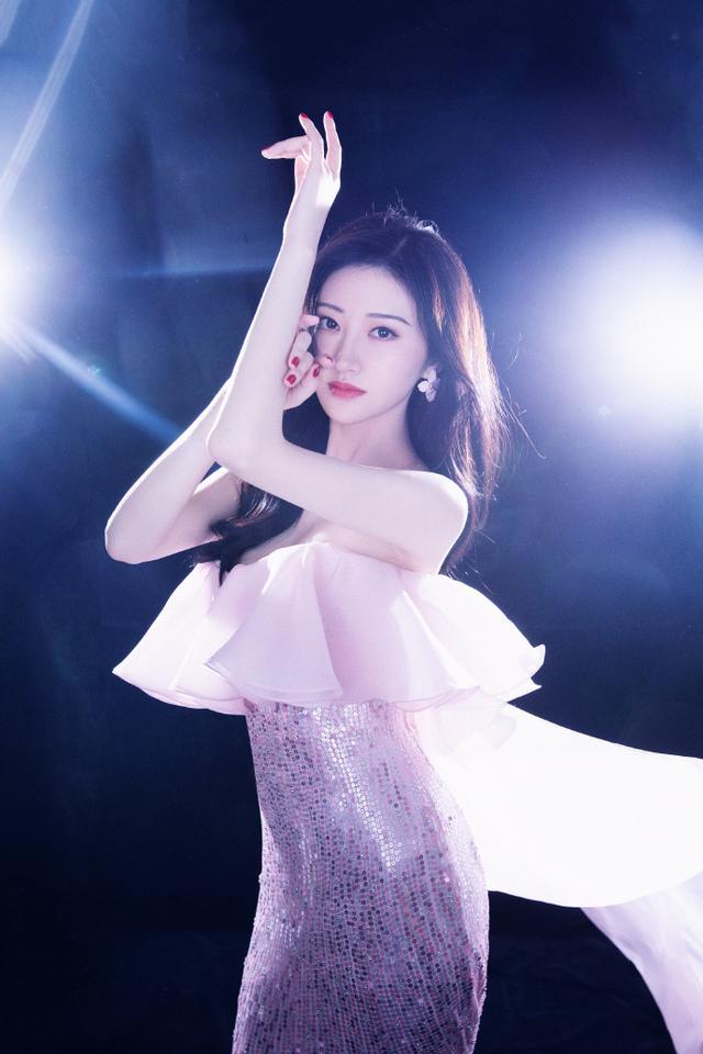 """有种""""微胖""""叫景甜,穿着一袭粉色鱼尾裙名门泽佳效果仙气十足"""