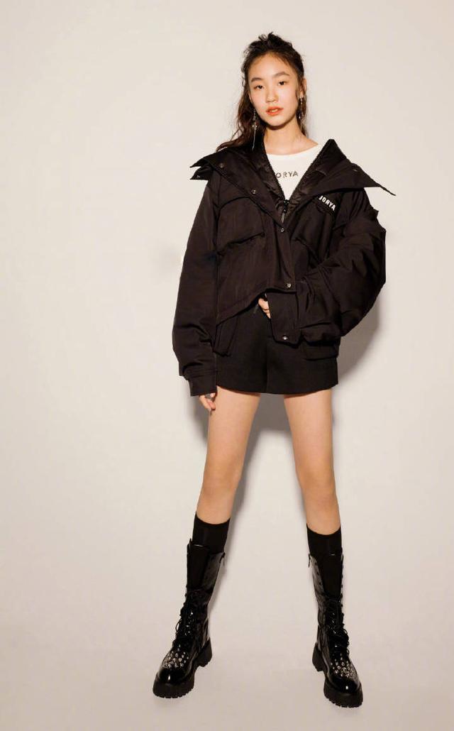 小S带仨女儿拍杂志,一身LV穿出秋衣感,四个鼻子如同复制粘贴-第7张