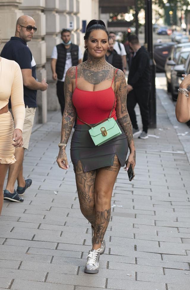 女星杰玛·露西现身伦敦街头,她看起来与众不同-第2张
