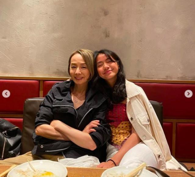 影后毛舜筠61岁生日晒照,素颜皮肤紧致无皱纹,与女儿似姐妹 全球新闻风头榜 第3张