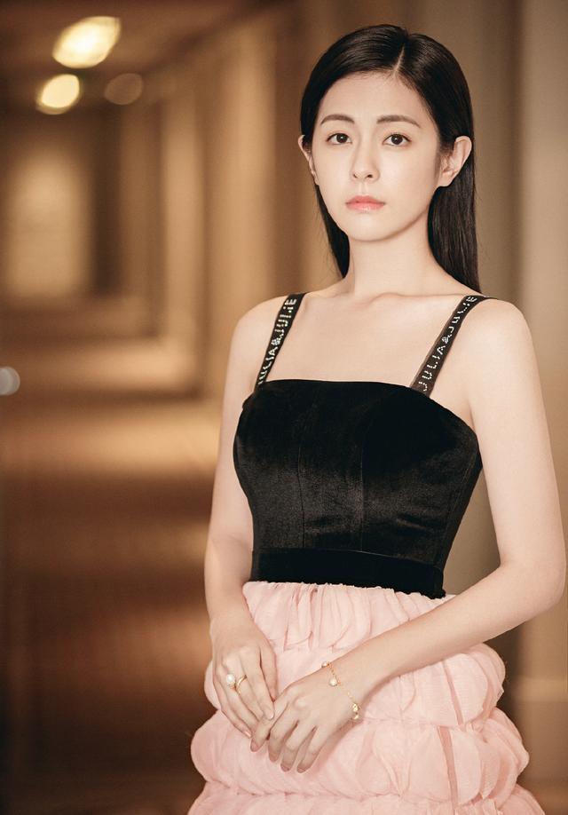 任容萱為姐姐Selina慶生,針織衫疊穿條紋襯衣,混血五官太搶鏡