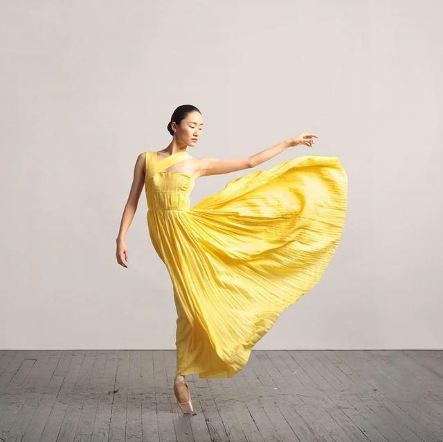 从身无分文到嫁入豪门,如今她被时装协会评为美国年度女装设计师-第7张