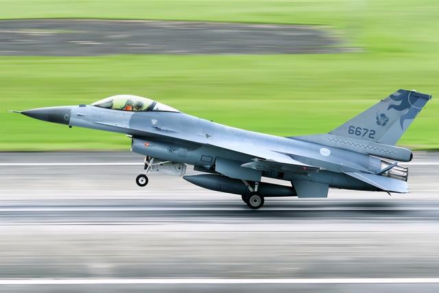 台军高层:失联F-16仅20秒高度就降为零,不排除飞行员空间迷向