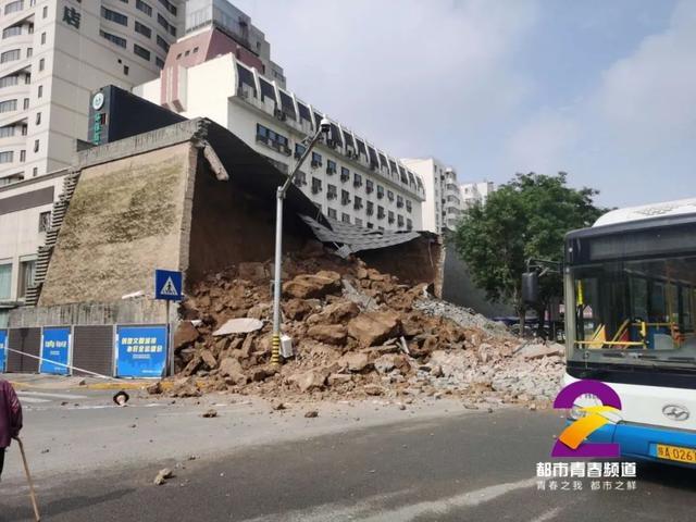 西安明秦王府一处城墙坍塌,多车受损