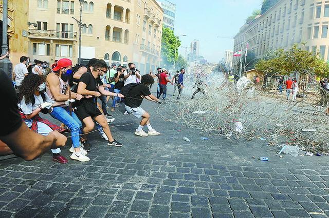 数千人抗议!黎巴嫩外交部被抗议者占领,1名警察死亡,238人受伤
