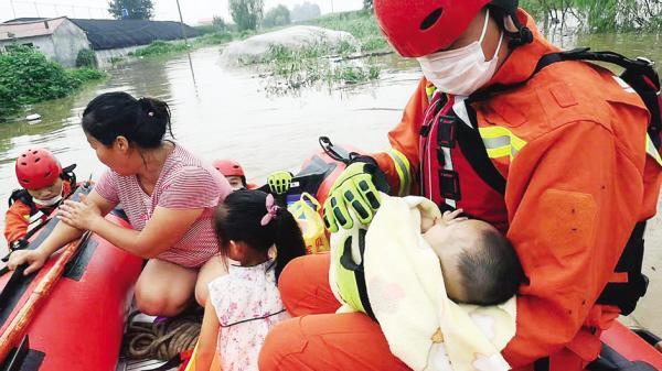 消防员推船过河救出一家四口www.smxdc.net