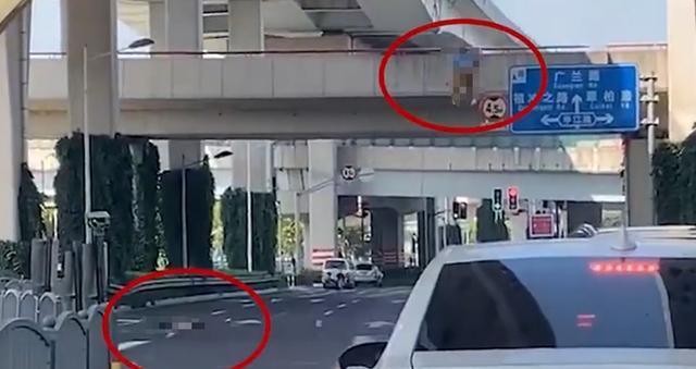 上海中环客车擦撞高架施工车致2死1伤,监控记录恐怖一幕,两人高空跌落www.smxdc.net