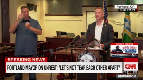 """完全放开了!波特兰市长一口气痛骂特朗普:""""是你制造了仇恨!""""www.smxdc.net"""
