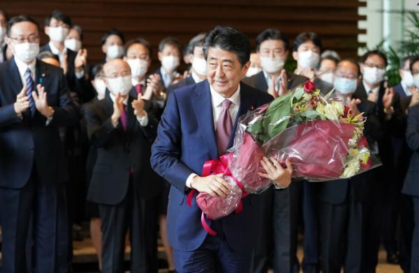 安倍搬离日本首相官邸:手捧鲜花微笑 200多人送行【www.smxdc.net】