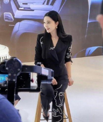 范冰冰现身车展穿着保守,化身车模秒进状态,众人簇拥排场大【www.smxdc.net】 全球新闻风头榜 第6张
