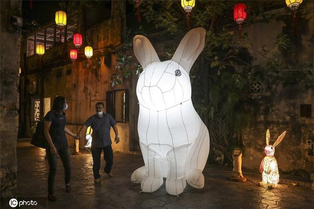 马来西亚庆祝中秋 街头装饰一新巨型兔子灯吸睛-第3张