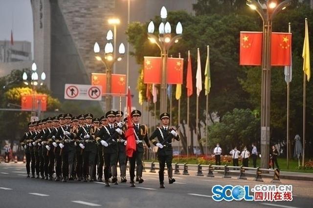 成都天府广场:升国旗迎国庆,上万群众观看-第2张