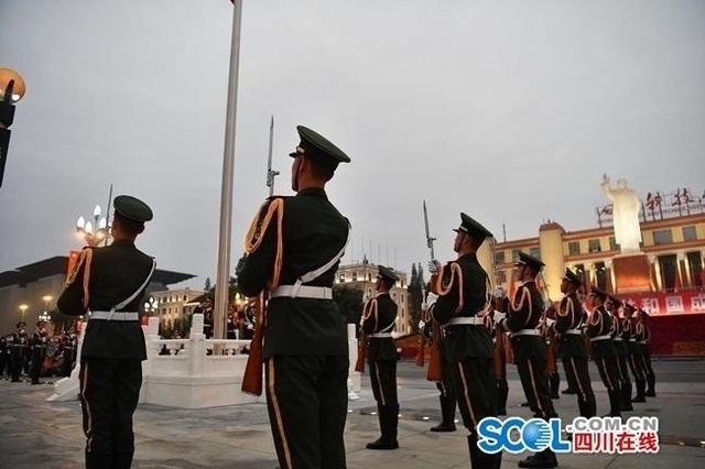 成都天府广场:升国旗迎国庆,上万群众观看-第3张