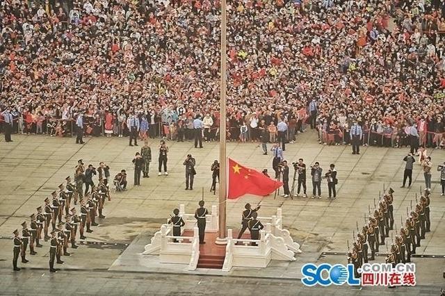 成都天府广场:升国旗迎国庆,上万群众观看-第4张