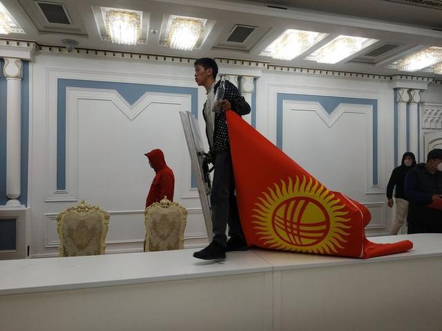 吉尔吉斯斯坦议会大选后爆发大规模骚乱,示威者闯入总统府,前总统被支持者释放【www.smxdc.net】 全球新闻风头榜 第2张