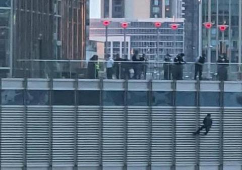 一男子吊在美国特朗普大厦16楼外14小时 被拘后又逃了