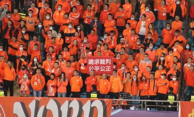 """国安vs鲁能比赛,现场鲁蜜举起""""跪求裁判公平公正""""横幅"""