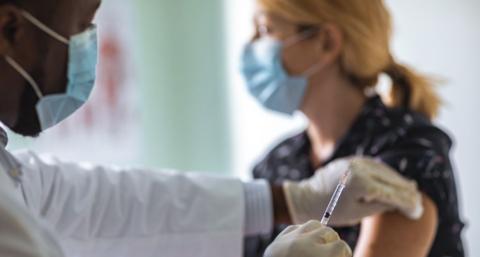 英国正式启动新冠疫苗接种 首位接种者为90岁老妇