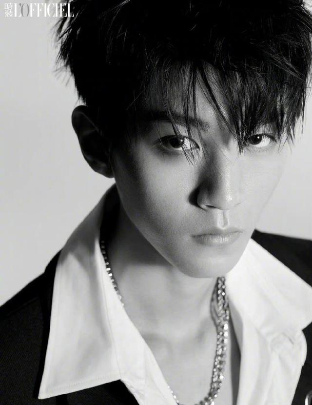 王俊凯黑白质感大片曝光 光影间映衬出少年沉稳的目光插图2