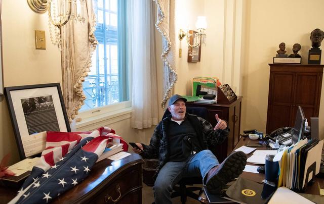 快讯!示威者冲进佩洛西办公室,坐她椅子上摆拍