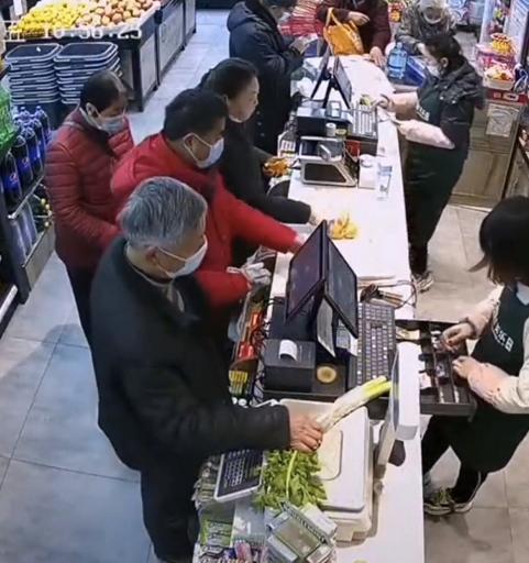 老人买菜插队未果竟当场发飙?用菜砸收银员,超市处理方式太暖心
