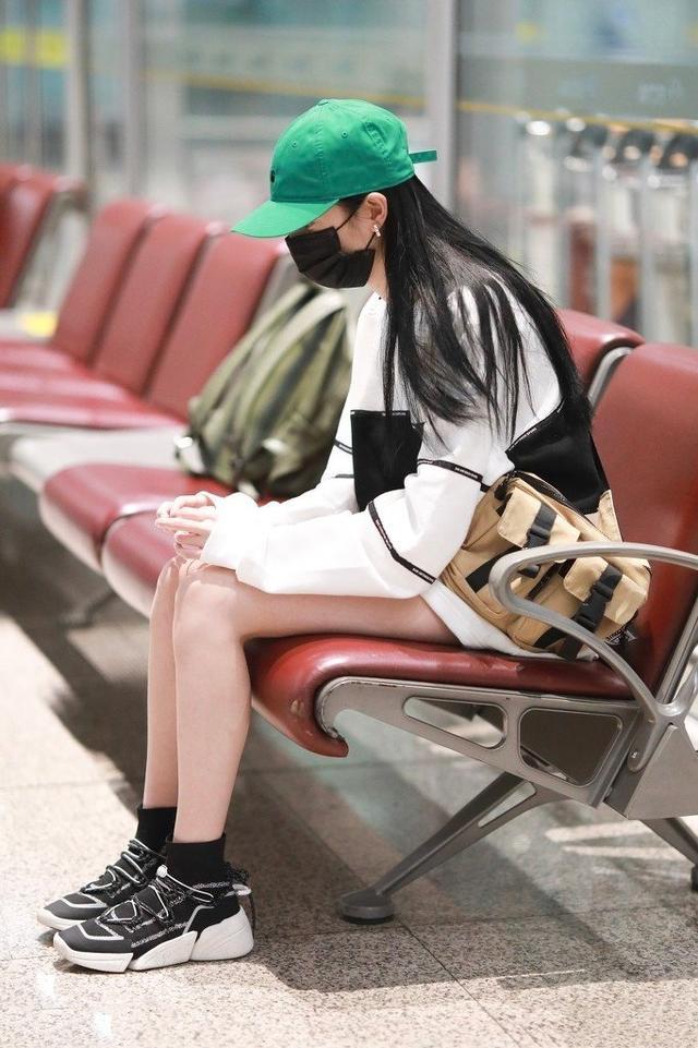 让李沁、赵丽颖爱不释手的单品,一件卫衣轻松get今年流行趋势-第9张