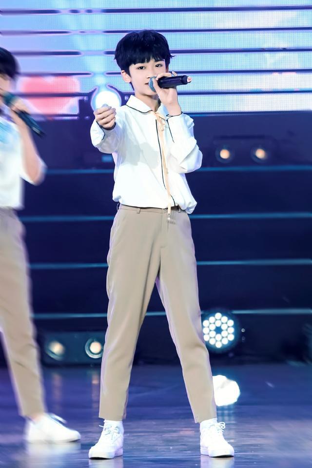时代峰峻邓佳鑫太会穿了,每一套衣服都超心动,满满的少年感-第9张