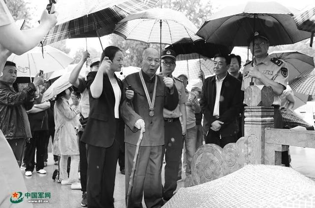 92岁老兵祭扫75年前牺牲的战友:每走一个台阶,就想一遍战友