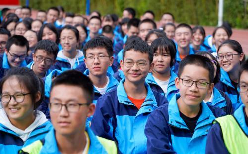 """俞敏洪寄语中学生:成长为祖国的""""参天大树"""""""