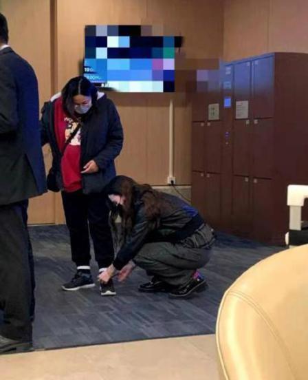 差别大?助理给22岁当红女星跪地拉拉链,张萌贴心为助理系鞋带 全球新闻风头榜 第7张