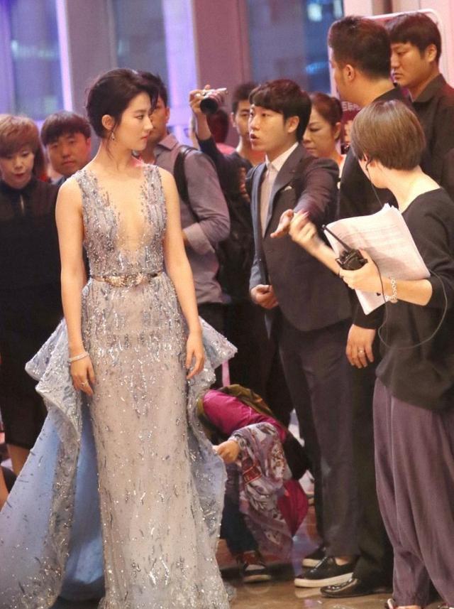 刘亦菲也放开了,穿唯美薄纱裙大秀身材,玲珑曲线太吸睛-第1张