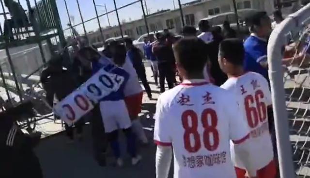 太狠了!中国足坛惊现暴力飞铲,引发数十人群殴,从场内打到场外 全球新闻风头榜 第8张