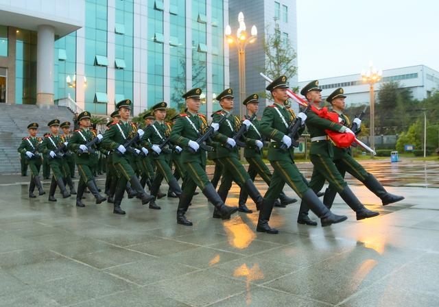 武警绵阳支队举行升旗仪式为祖国母亲庆生-第2张