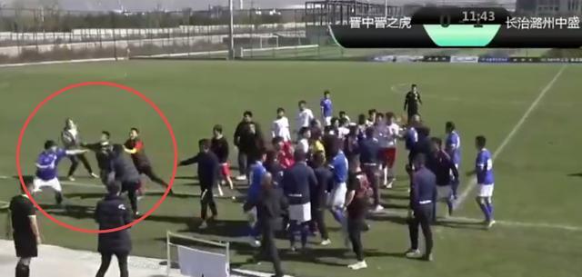 太狠了!中国足坛惊现暴力飞铲,引发数十人群殴,从场内打到场外 全球新闻风头榜 第4张