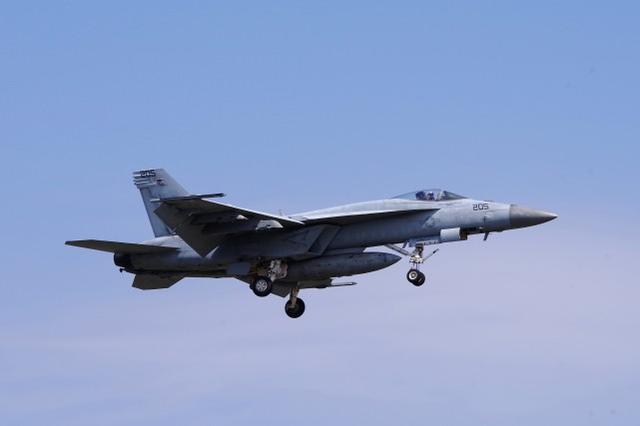 """美海军一架""""超级大黄蜂""""战斗机坠毁,飞行员弹射逃生"""