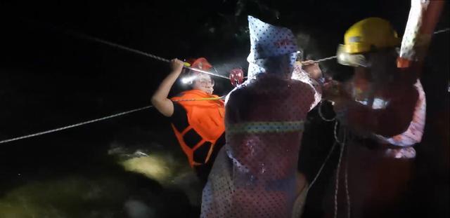 河南平顶山:突降暴雨河流涨水山上4名旅客被困,消防敏捷救济插图