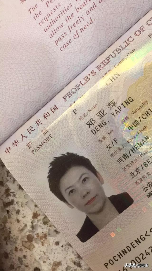 """""""这是我的拍子,这是我的奥运金牌,这是我的毕业证,这是我的身份证,这是我的护照。""""我一直以来都是中国国民,作为中国人,我感到自豪。  近日,邓亚萍发了一段小视屏:针对长久以来关于我国籍的质疑,我再次声"""