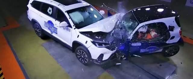 东风风行与奔驰的车辆碰撞测试,受伤的只是车辆本身吗?未必!