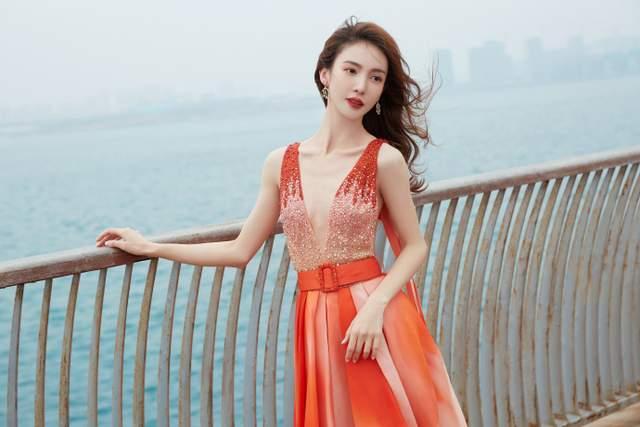 金晨出席活动,一袭渐变橘红色锦鲤长裙效果优雅美丽