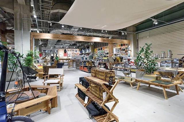 全球最大MUJI无印良品门店不仅有星巴克,还学迪卡侬卖户外用品