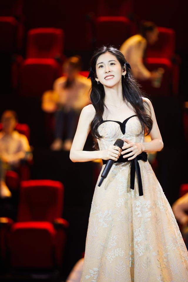 张碧晨献声《我和我的家乡》首映礼 以歌声寄托乡愁