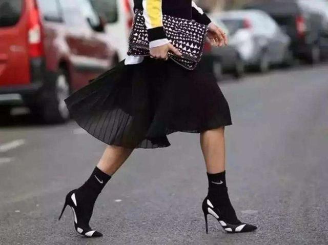 """别再傻傻露脚踝了,""""露袜""""才是秋冬的正确打开方式,保暖又时髦"""