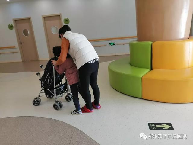 妈妈心语   锦旗送良医—我的宝宝 8 个月被诊断发育迟缓,一年后正常行走!