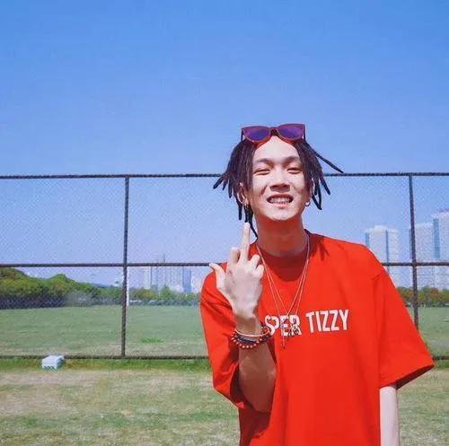 B站嘻哈综艺官宣精神小伙做导师,药水哥在他面前都只是个弟弟?