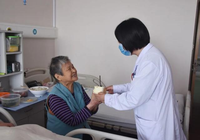 上海市第二康复医院为孤老庆生 情暖老人心